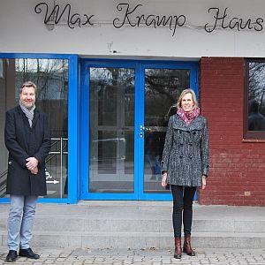 Foto Kirsten Martens vor Max-Kramp-Haus